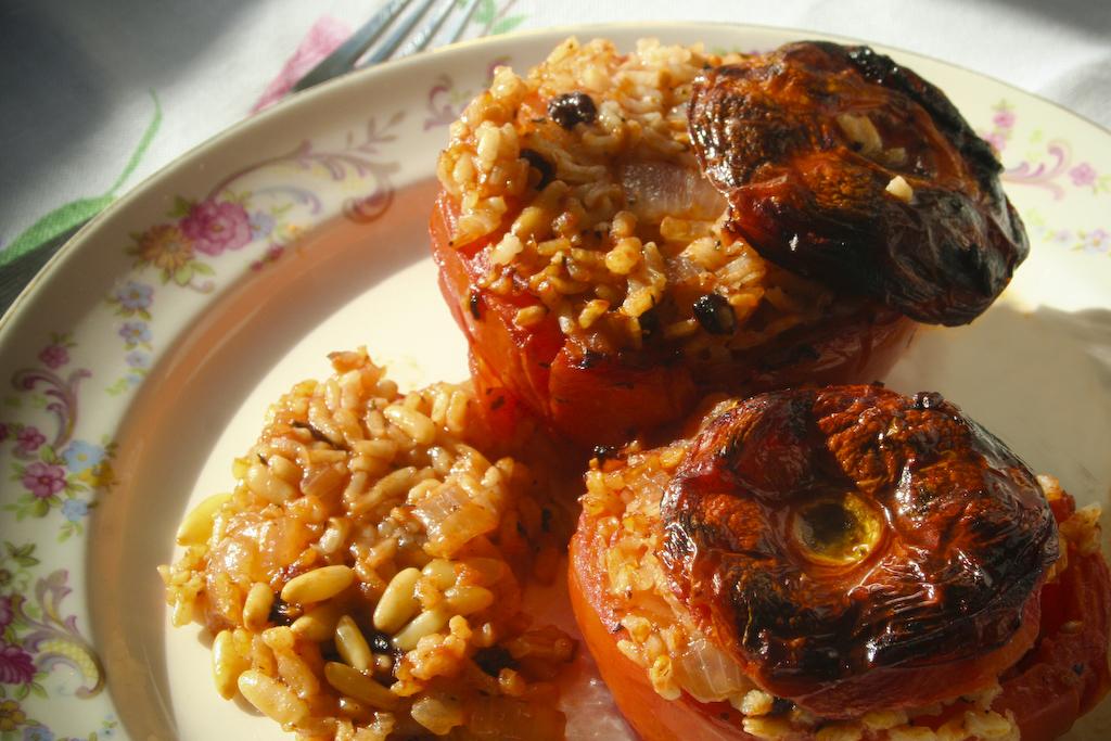 griechische salatplatte mit gef llten tomaten und. Black Bedroom Furniture Sets. Home Design Ideas