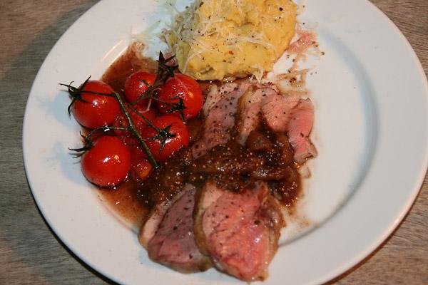 Langsam geschmortes Lamm mit Fave-Kartoffel Püree und konfierten Tomaten