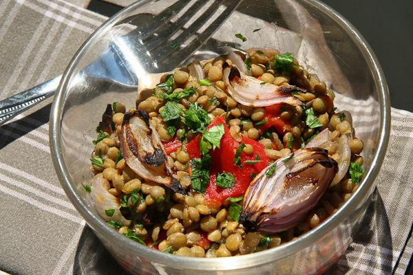 Linsensalat mit paprika und gebackenen Zwiebeln Linsensalat mit Paprika und gebackenen Zwiebeln