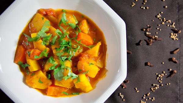 Curry mit Knollen und Wurzeln 1 von 1 Indisches Curry mit Knollen und Wurzeln