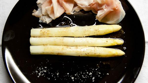 SPargel gedämpft 1 von 1 Gedämpfter Spargel mit Zitronenbutter und gekochtem Schinken
