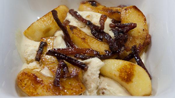 Vanilleeis mit Bratapfel und karamelisiertem Speck Vanilleeis mit Bratapfel und karamelisiertem Speck
