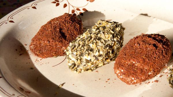 Schafskäse Pralinen mit Sumach und Kürbiskernen