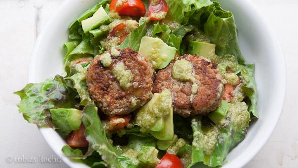 Blitz Falafel Blitz Falafel auf Salat mit Avocadodressing