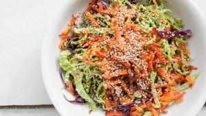 Kohl und Karotten Salt mit Sesam